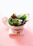 Portion individuelle de salade fraîche d'herbe images libres de droits