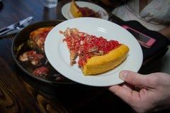 Portion profonde de tranche de pizza de style de Chicago de plat Photographie stock
