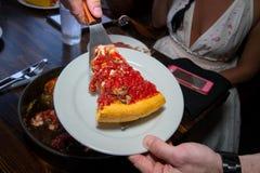 Portion profonde de tranche de pizza de style de Chicago de plat Images libres de droits