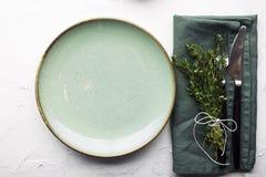 Portion simple douce de Tableau aux nuances du vert avec un groupe de thym sur un fond clair Vue supérieure photographie stock libre de droits