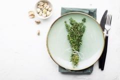 Portion simple douce de Tableau aux nuances du vert avec un groupe de thym sur un fond clair Vue supérieure photographie stock
