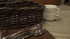 Portionbordsservis besegrar soppaplattor, skedar och brödkorganseende på tabellen arkivfilmer