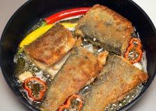Portionen stekte fisken i smet i pannan på det varma fettet Royaltyfria Bilder