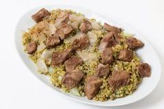 Portionmaträtt av nötkött med freekeh Arkivbild