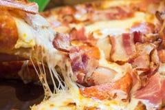 Portionpizza med skinka- och ostslut Royaltyfri Bild