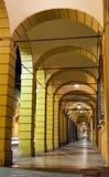 Portique avec des fléaux par la nuit à Bologna, AIE images stock