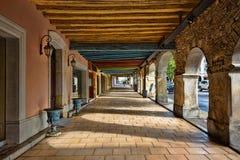 Portique dans la place du marché central d'une ville médiévale photo stock