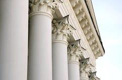 Portique et fronton du bâtiment avec des colonnes à Lviv Photo stock