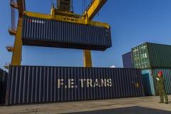 Portjärnväg som behandlar den containerized lastlokalen Royaltyfri Foto