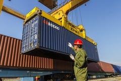 Portjärnväg som behandlar den containerized lastlokalen Royaltyfri Fotografi