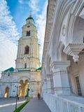 Portklockatornet av domkyrkan utfärda utegångsförbud för Prechistenskaya Royaltyfri Bild