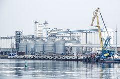 Portkornhiss Donet River och porten för oljeförädling för utrustning industriell nyast zon Ryssland Rostov-On-Don royaltyfria bilder