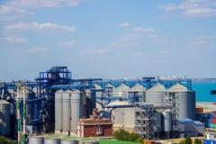 Portkornhiss Industriell terminal för korn för zon last för i stora partier för havshandelport Royaltyfria Foton