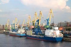 Portkranar i lastport av St Petersburg Royaltyfri Bild
