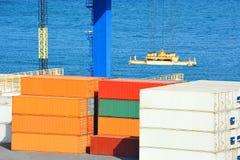Portladungkran und -behälter Lizenzfreies Stockfoto