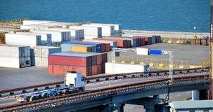 Portlager mit Ladungen und Behältern stockbilder