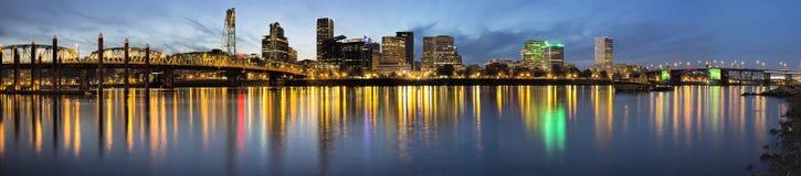 Portland céntrica a lo largo del río de Willamette en la hora azul imágenes de archivo libres de regalías