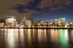 Portland céntrica Oregon en la noche fotografía de archivo