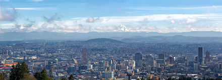 Portland Cityscape med Mt Hood Daytime View Panorama Arkivbild