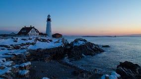 Portland dirige la luz, Portland, Maine - lapso de época de la salida del sol del invierno almacen de video