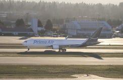 Portland, ELLER - December 2017: Främsta luft Boeing 767 fungerade av Atlas Air som ställer upp för landningsbanan för start royaltyfria bilder
