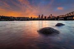 Portland ELLER horisont längs den Willamette floden på solnedgången USA arkivfoton