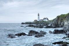 Portland Head den ljusa fyren på den ojämna Maine kusten Arkivbilder