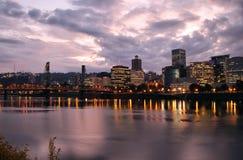 Portland-im Stadtzentrum gelegene Skyline an der Dämmerung Lizenzfreies Stockfoto