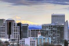 Portland-im Stadtzentrum gelegene Skyline mit Montierungs-Haube Stockfoto