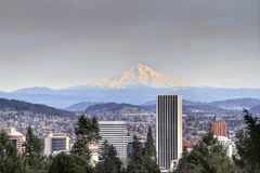 Portland-im Stadtzentrum gelegene Skyline-Montierungs-Haube lizenzfreie stockfotos