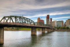 Portland-im Stadtzentrum gelegene Skyline und Hawthorne Brücke Stockfoto