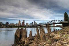 Portland-im Stadtzentrum gelegene Skyline und Hawthorne Brücke Stockfotografie