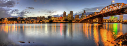 Portland-im Stadtzentrum gelegenes Skyline-Nachtpanorama 2 Stockbilder