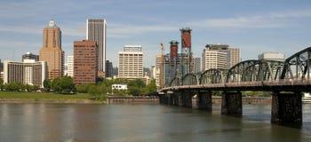 Portland Oregon beskådar över den Willamette floden till centra inkluderar Arkivbild