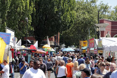 Muitos povos no mercado de sábado Foto de Stock