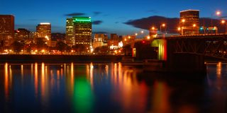 Portland Oregon på natten Arkivfoton