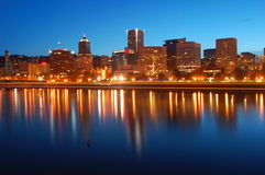 Portland Oregon på natten Arkivbild