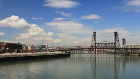 Portland Oregon som är i stadens centrum med Cherry Blossom Trees och stålbron över den Willamette floden i den vårTid schacknings stock video