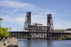 Portland Oregon sommarrodd på den Willamette floden med stålbron på en solig dag royaltyfri foto