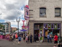 Portland Oregon, USA: Den berömda voodoomunken shoppar royaltyfria foton
