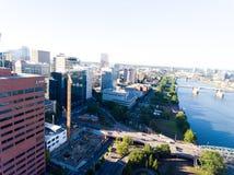 PORTLAND, OU - EM AGOSTO DE 2017: Ideia aérea da skyline de Portland E Foto de Stock Royalty Free