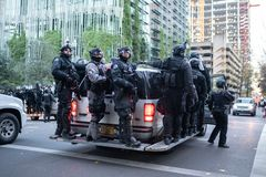Portland policja w zamieszce przygotowywa i mundury zdjęcia royalty free