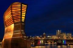 Portland-Skyline-Ansicht vom Eastbank Esplanade stockbild