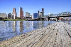 Portland-Skyline von den Docks stockfotos
