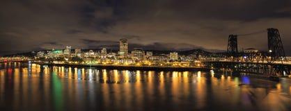 Portland stadshorisont med broar på natten Fotografering för Bildbyråer