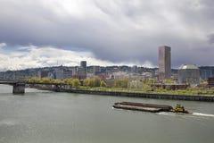 Portland-Stadt-Skyline entlang Willamette-Fluss lizenzfreies stockbild