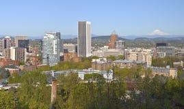 Portland-Stadtgebäudepanorama Oregon und Mt haube Stockbild