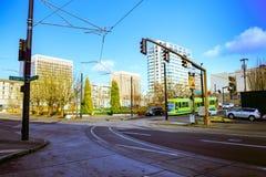 Portland-Straßenbahn, die im Jahre 2001 geöffnet und Aufschlagsbereiche surroun Lizenzfreie Stockfotografie