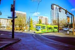 Portland-Straßenbahn, die im Jahre 2001 geöffnet und Aufschlagsbereiche surroun Stockfotografie