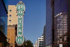 Portland tecken från 30-tal på tegelstenbyggnad i Portland, Oregon, USA med klar blå himmel Arkivfoto